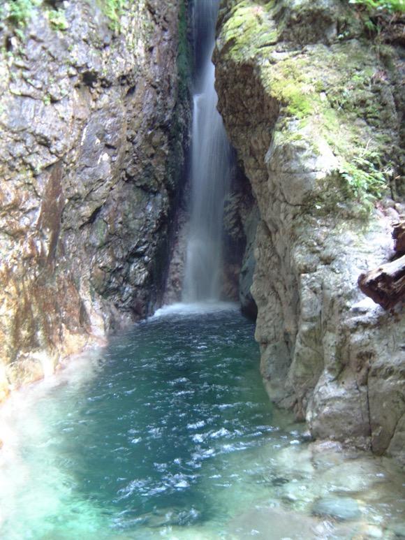滝壺が美しい神秘の滝!